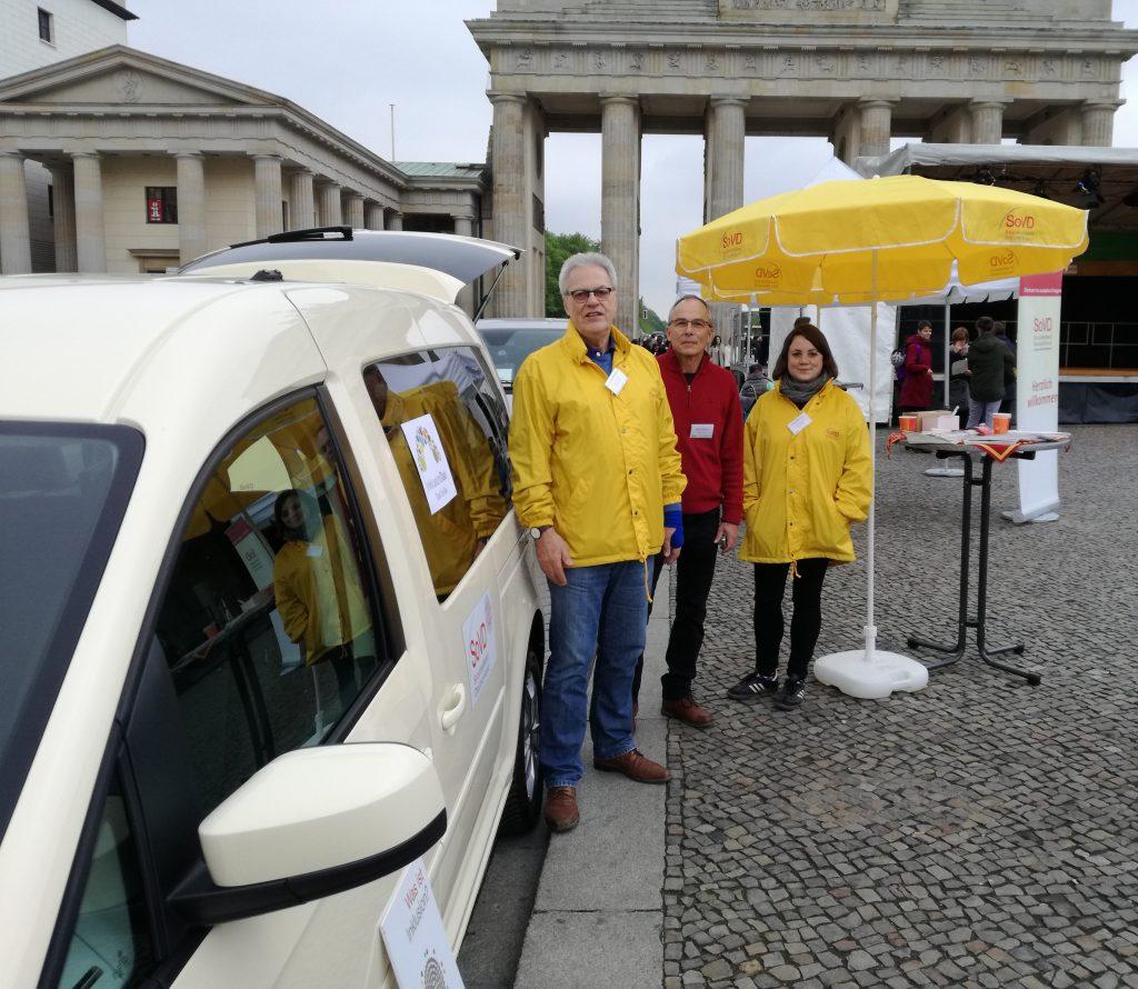 InklusionsTaxi-Team am Brandenburger Tor
